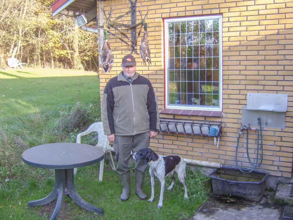 Henning og pointerhunden efter endt jagt